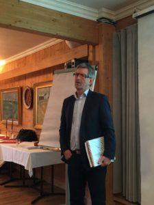 Sverre Narvesen presenterer Innlandsutvalgets rapport for Norges Bank regionalt nettverk Innlandet. Bilde: Merethe Lerfald