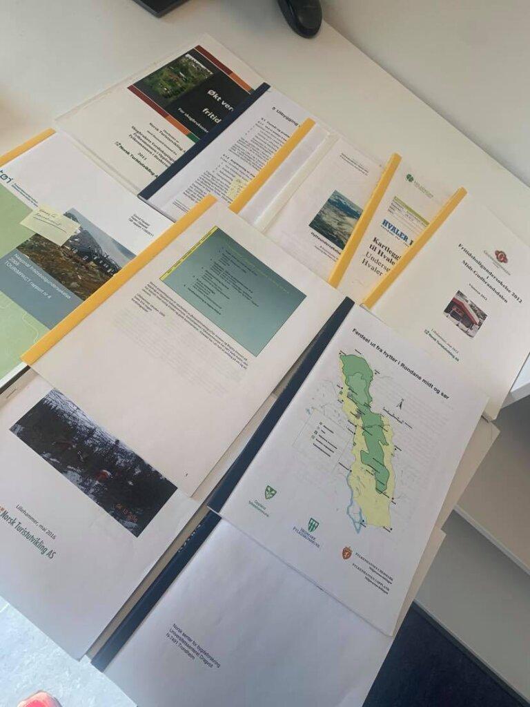 Bildet viser en samling av rapporter som oppsummerer funn fra hytteundersøkselser